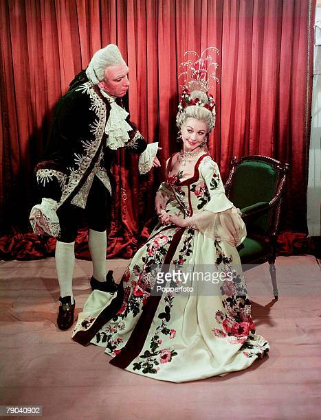 1949 British actor Laurence Olivier playing alongside his wife Vivien Leigh in the play School For Scandal