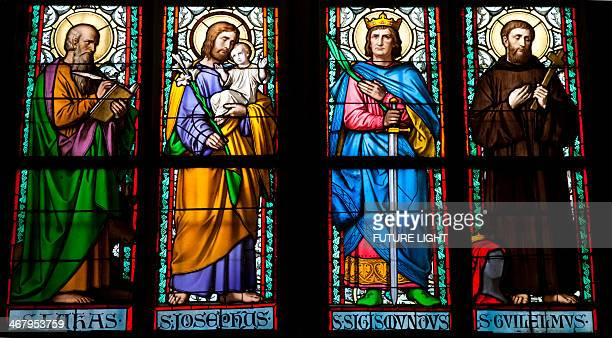 stained galss window in st vitus cathedral - katholicisme stockfoto's en -beelden