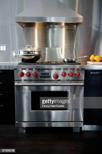 stainless steel gas stove - afzuigapparaat stockfoto's en -beelden