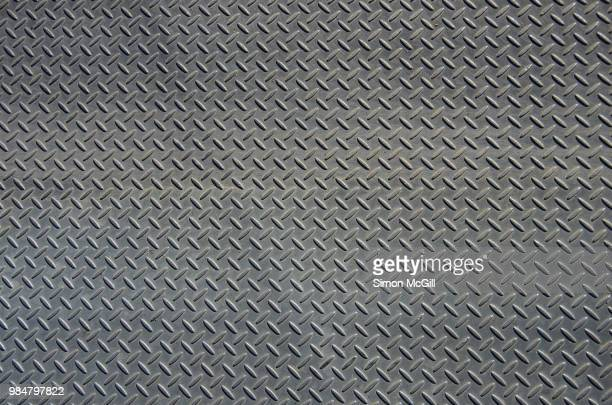 stainless steel metal plate flooring with crosshatch non-slip texture - metallic look stock-fotos und bilder