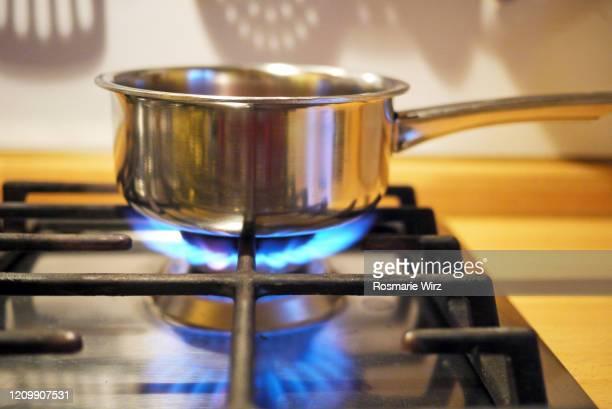 stainless steel pan on gas stove - boca de fogão a gás - fotografias e filmes do acervo