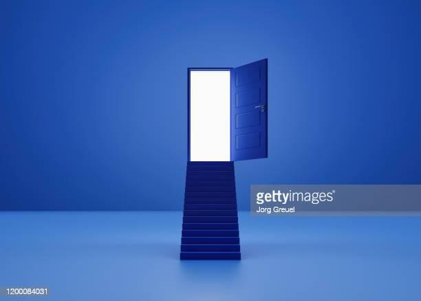 stair leading to an illuminated door - vão de porta - fotografias e filmes do acervo