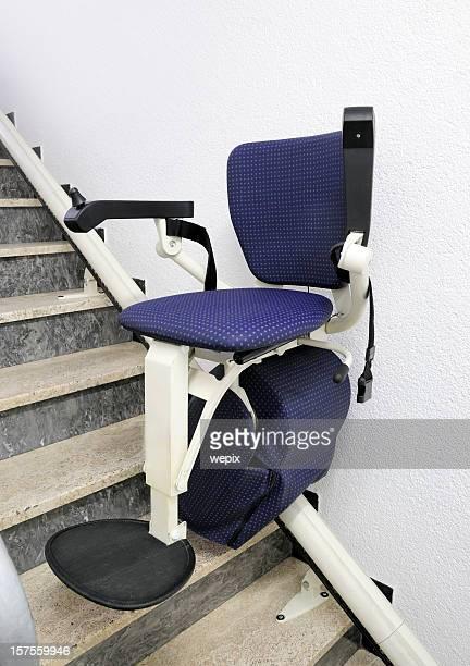 elevador de escada para fisicamente compromisso pessoas edifício público - elevador de escada imagens e fotografias de stock