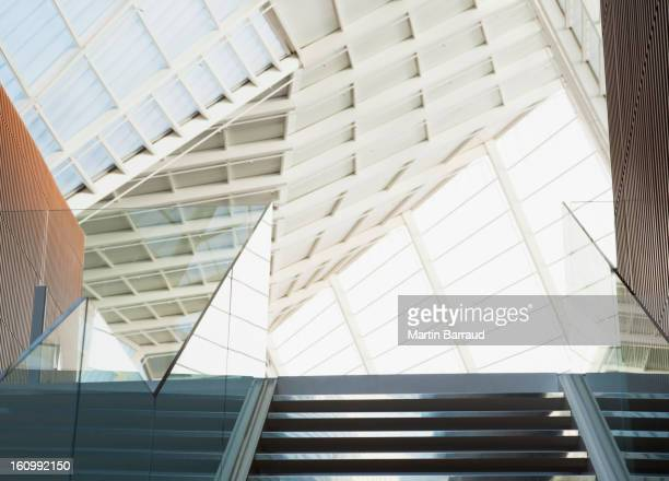 階段と天井の現代的なオフィス