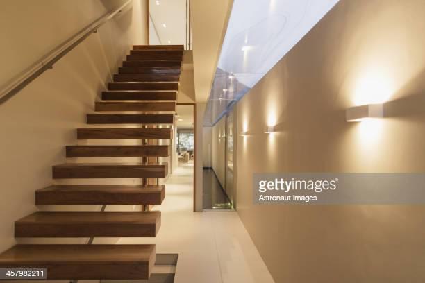 Escalier dans la maison moderne et couloir