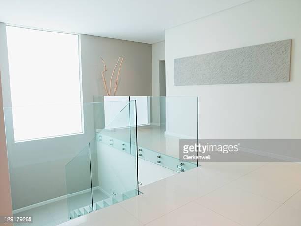 treppe mit geländer aus glas - geländer stock-fotos und bilder