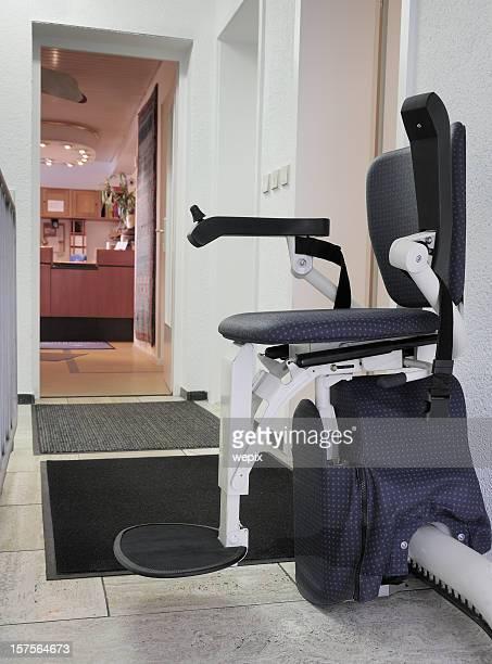 stairlift para pessoas deficientes da posição upstairs cadeira - elevador de escada imagens e fotografias de stock