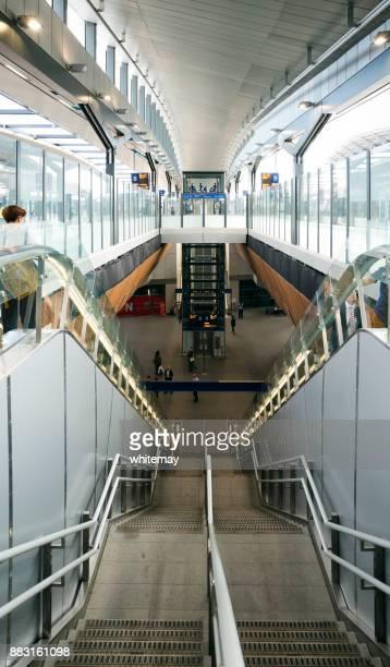 trappen en roltrappen bij london bridge station - elevator bridge stockfoto's en -beelden