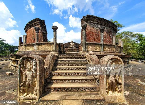stairs leading to buddha statue in vatadage, polonnaruwa, sri lanka - frans sellies stockfoto's en -beelden