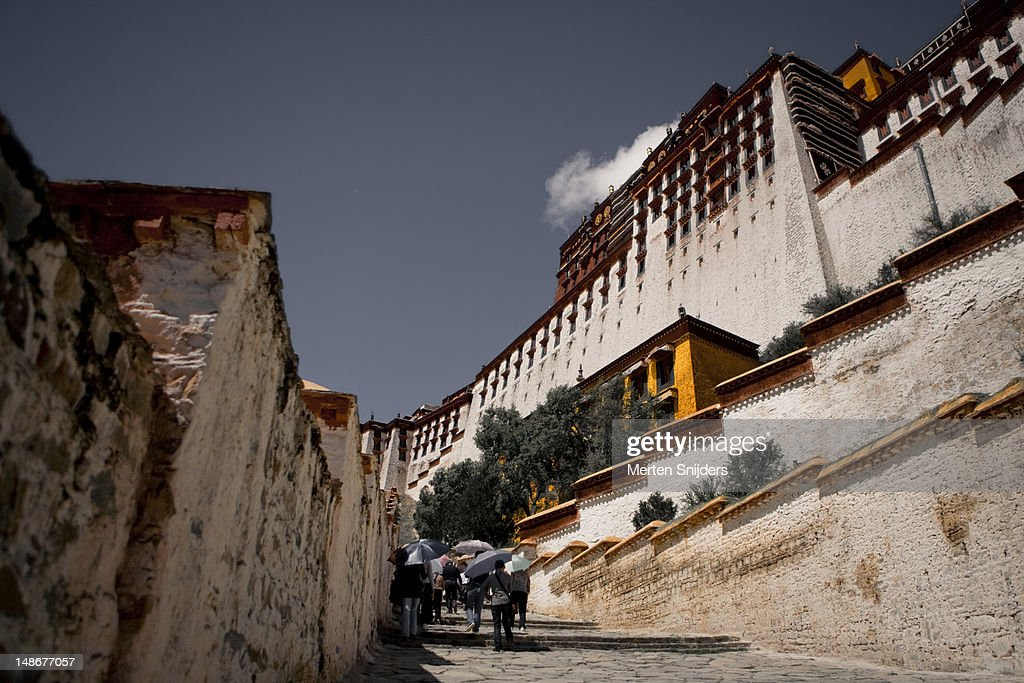 Stairs leading towards the tourist entrance of the Potala Palace. : Stockfoto
