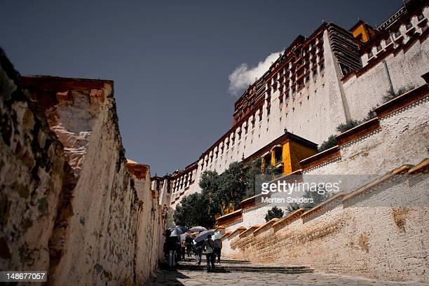 stairs leading towards the tourist entrance of the potala palace. - merten snijders stockfoto's en -beelden