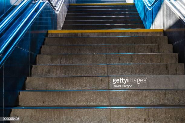 stairs - escalones fotografías e imágenes de stock