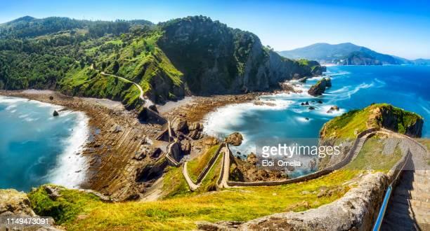 escaleras a san juan de gaztelugatxe, ubicación de piedra de dragón en juego de tronos. españa - pais vasco fotografías e imágenes de stock