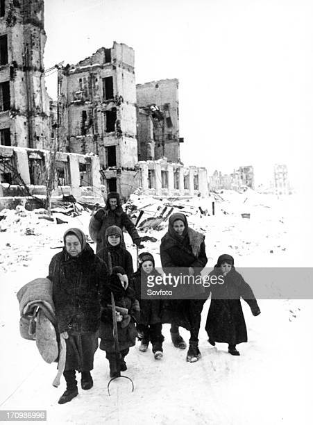 Stalingraders return to their destroyed homes in 1943