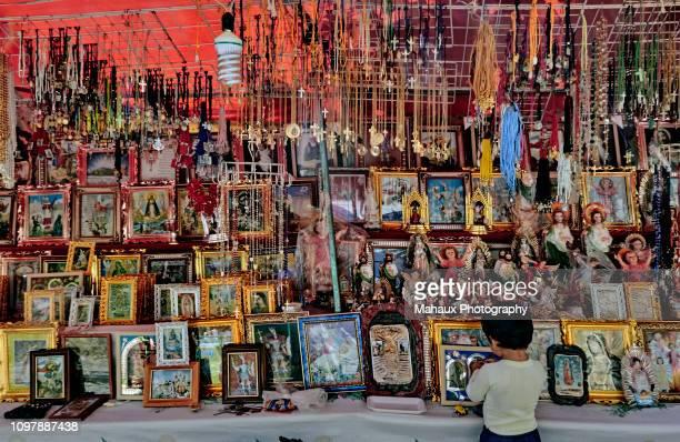 stall selling religious objects related to the virgin guadalupe in jonotla, mexico - madonna del rosario foto e immagini stock