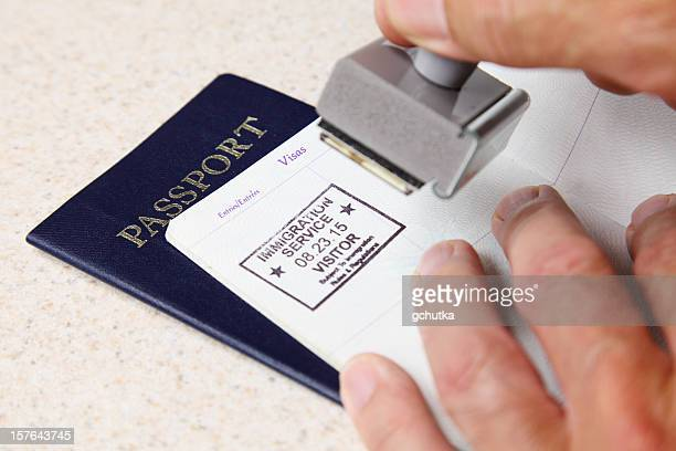 stamping passeport - passeport photos et images de collection