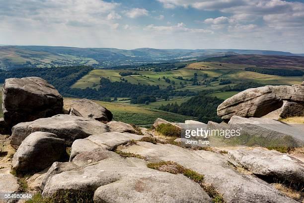 stanage rocks - extremlandschaft stock-fotos und bilder