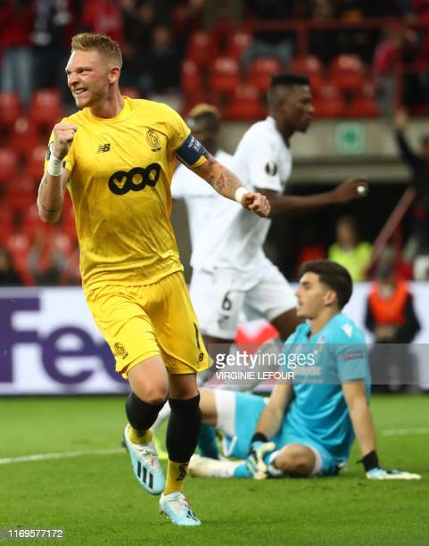 Standard's Belgian forward Renaud Emond celebrates scoring after the 1-0 goal as Vitoria's Portuguese goalkeeper Miguel Silva reacts during the UEFA...