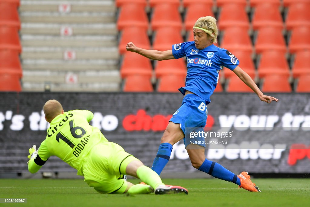Standard s Goalkeeper Arnaud Bodart And Genk s Junya Ito Fight For News Photo Getty Images