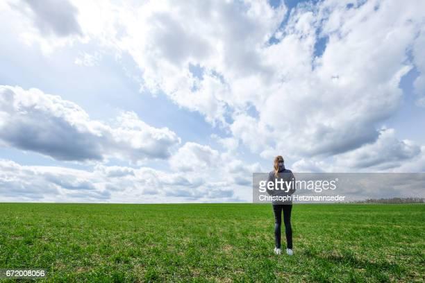 standing in field - absentie stockfoto's en -beelden