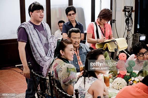SANTOS MINDANAO PHILIPPINES Standing left comedy Director Wenn Deramas sitting ExPresident Joseph Estrada with actress Ai Ai delas Alason the Comedy...