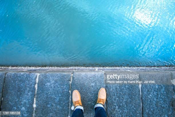 standing on the edge of the embankment. - seeufer stock-fotos und bilder
