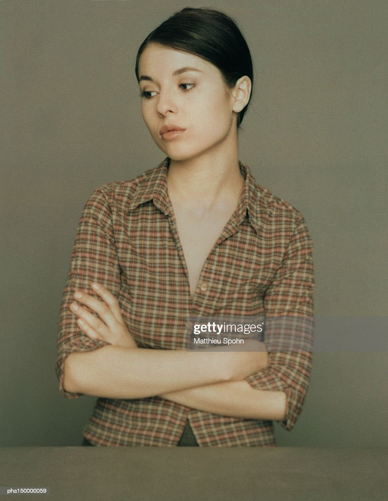 Standing woman with arms crossed, portrait : Stockfoto