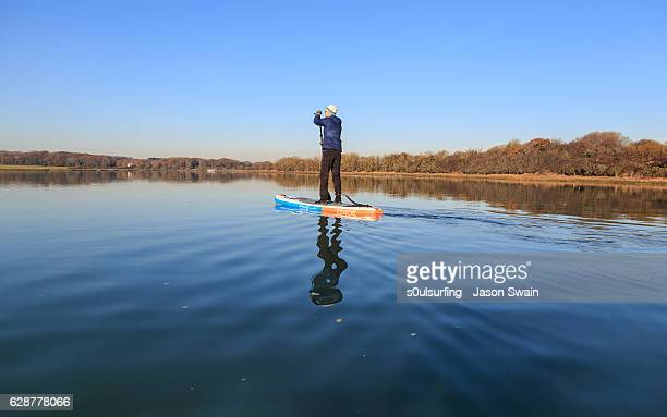 stand-up paddleboarding at newtown creek on the isle of wight - s0ulsurfing stockfoto's en -beelden