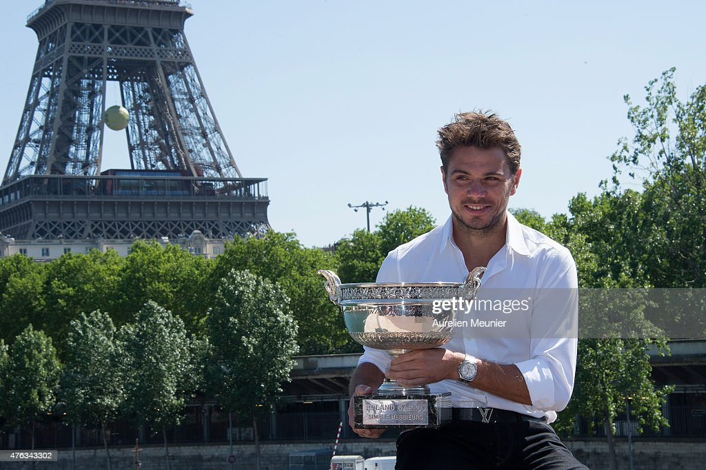 Stanislas Wawrinka Poses With The Coupe Des Mousqueraires At Pont De Bir Hakeim In Paris : News Photo