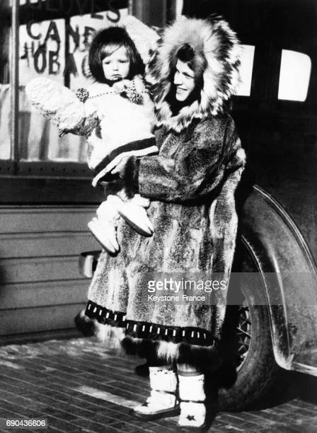Stanley Morgan photographiée avec son fils de deux ans dans les bras a passé cinq années à étudier la météorologie à la Pointe Barrow en Alaska et...