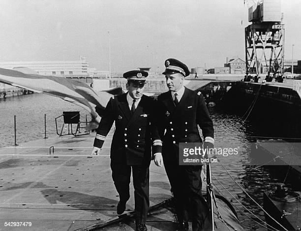 Stapellauf des ersten französischen AtomUBootes 'Le Redoutable' in Cherbourg Der Korvettenkapitän Bernard Louzeau mit einem Offizier