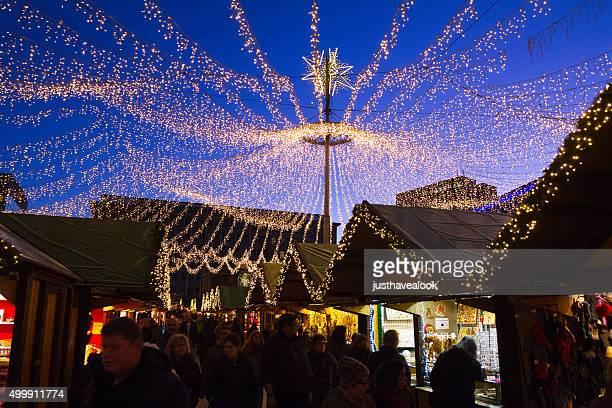 Cielo di stelle e luci natalizie mercato di Essen