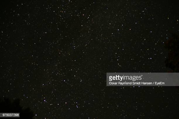 star field against sky at night - night stockfoto's en -beelden