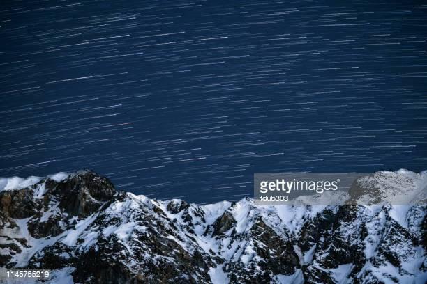 日本の人里離れた雪をかぶった山の上の星いっぱいの空 - 鳥取県 無人 ストックフォトと画像