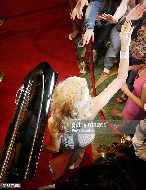 star greeting fans at premiere - estreia de filme - fotografias e filmes do acervo