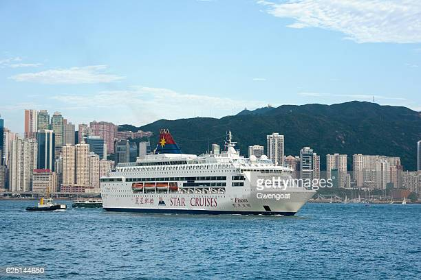 ms star pisces leaving hong kong - gwengoat stock pictures, royalty-free photos & images