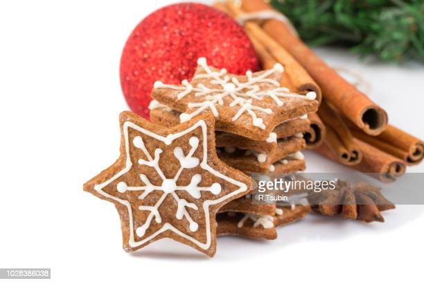 star shape christmas gingerbread cookies isolated on white background - anice foto e immagini stock