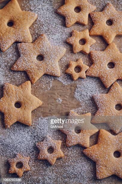 sterne geformte weihnachtsplätzchen - dezember stock-fotos und bilder