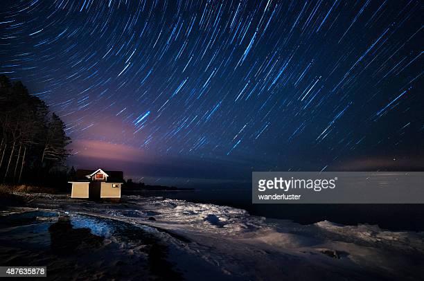 星トレイルズ湖を見晴らす極上の夜