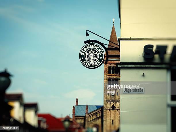 starbucks coffee (スターバックスコーヒー)ショップ、ポツダム,ドイツ - スターバックス ストックフォトと画像