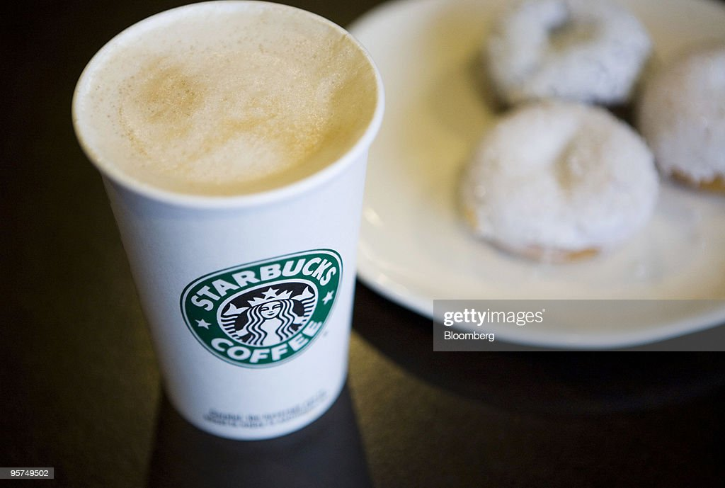 Starbucks Lures Calorie-Conscious NY Coffee Buyers : News Photo