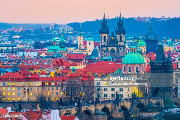 stare mesto, including charles bridge (karluv most) and church of our lady before tyn, stare mesto (old town), unesco world heritage site, prague, czech republic, europe - alan copson stock pictures, royalty-free photos & images