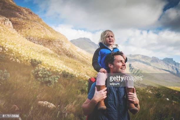 Starren Vater und Tochter in Natur