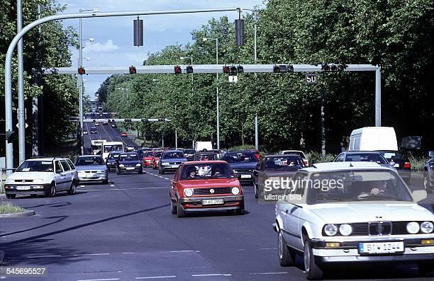 starker Verkehr im Vordergrundeine Ampel des Verkehrsleitsystem Juni1999
