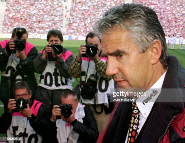 Starkes Medieninteresse löst am 2831998 im Münchner Olympiastadion Karlsruhes neuer Trainer Jörg Berger aus der gegen den Titelträger FC Bayern...