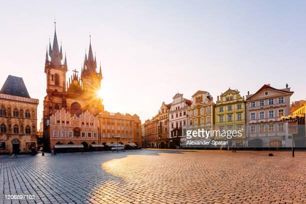 staromestske namesti (old town square) on a sunny day, prague, czech republic - famous place photos et images de collection
