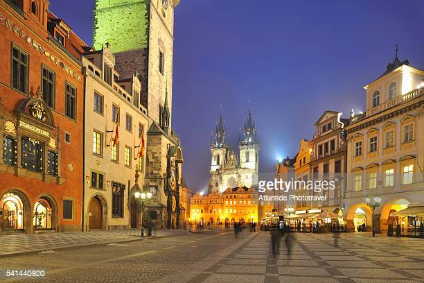 staromestske namesti, the old town square at night, prague, czech republic - プラハ 旧市街広場 ストックフォトと画像