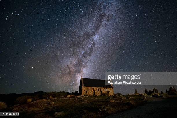 starry night at lake takepo - lago tekapo fotografías e imágenes de stock