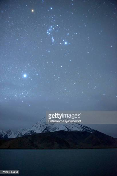 starry night of mount muztag ata, the father of ice mountains - himalaya foto e immagini stock