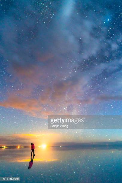 starry night reflection at salar de uyuni - ウユニ ストックフォトと画像